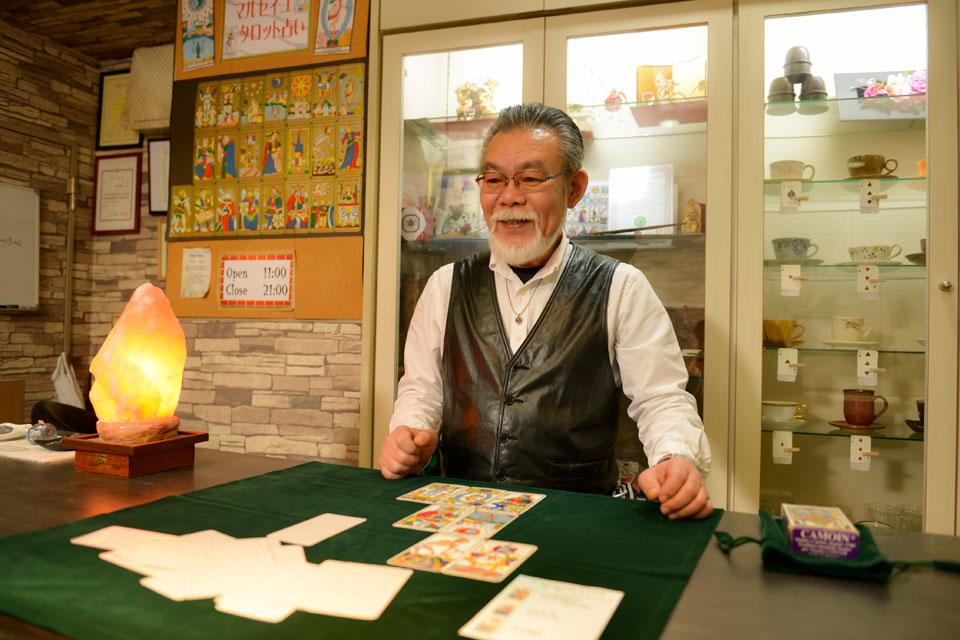 タロット占いとマジックを提供する、心優しい喫茶店のマスター