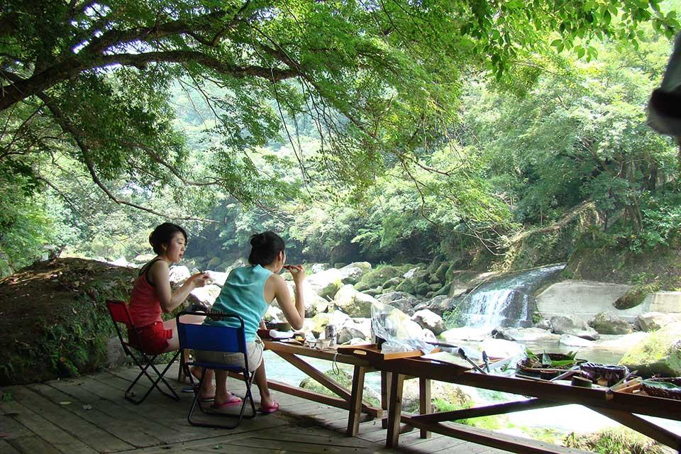 【妙見石原荘】大自然をダイレクトに感じながら、天降川沿いの川床でバーベキュー!