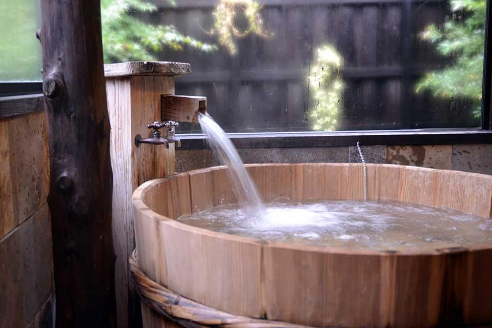 """【源泉かけ流し ゆるり乃湯】職人が作るユニークな浴槽の家族風呂で、""""ゆるり""""としたひとときを過ごそう"""