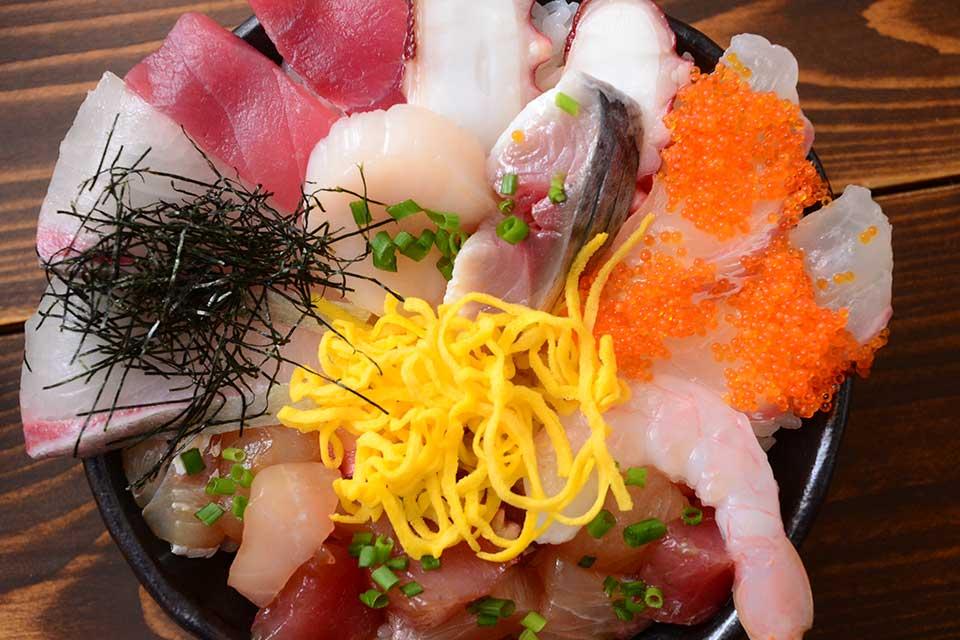 【魚屋 やまけん】ネタが器から溢れてるっ!!!鮮魚&サービス精神てんこ盛りの豪快海鮮丼