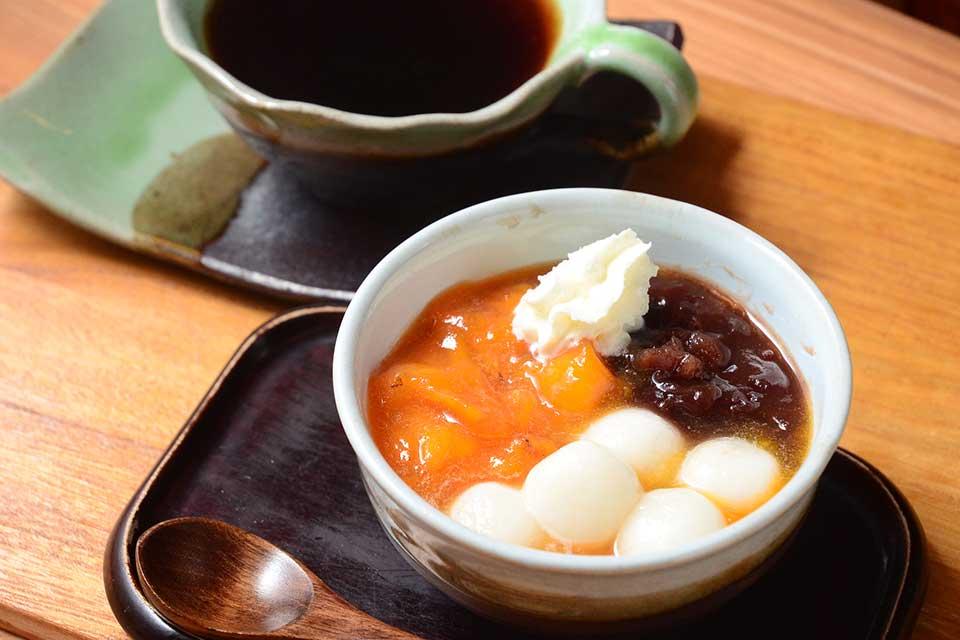 【古民家 母の詩】竃(かまど)のある雰囲気たっぷりの古民家で、コクある甘みが美味な柿玉ぜんざいを味わう