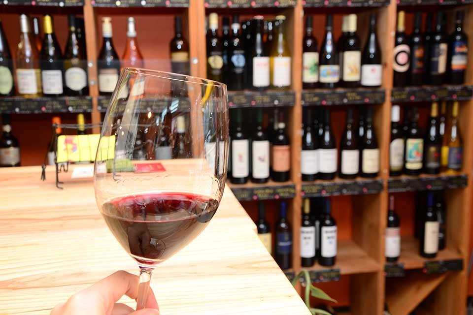 【Wine Shop Vina】ふらっと立ち寄って、ワインを1杯。気軽に美味しいワインはいかが
