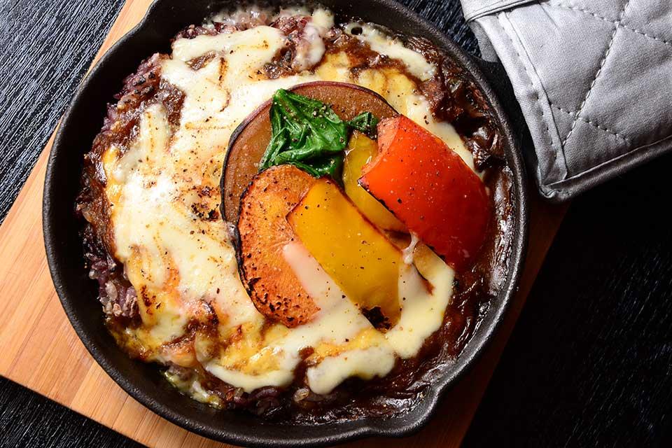 【Wappa Deli/Grill Wappa】玄米カレーに玄米弁当でランチを、夜は鉄板メニューをどうぞ