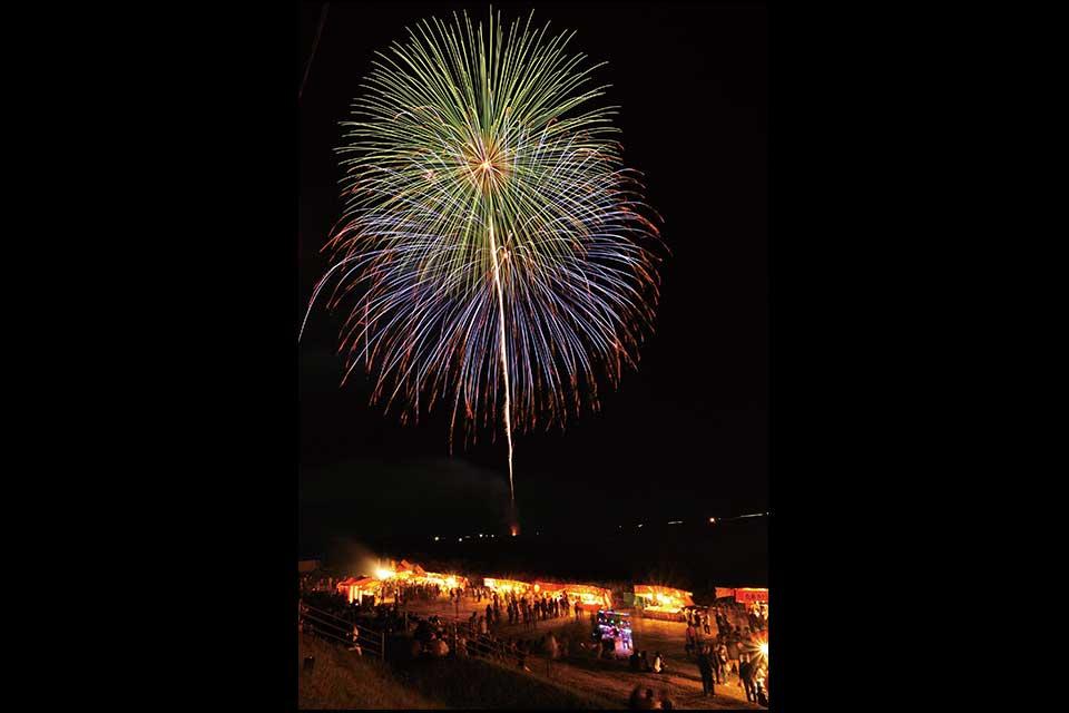 【高山やぶさめ祭】前夜祭では河川敷で花火見物!本祭では勇壮な流鏑馬が披露されますよ!