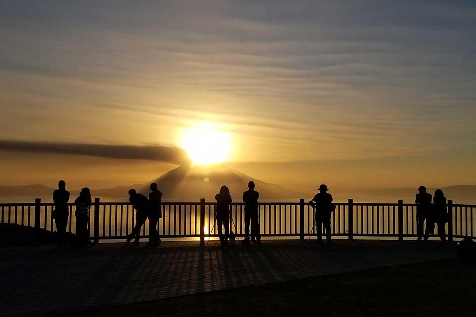 【ダイヤモンド桜島】沈む太陽が「桜島」の山頂に!今の時期だけのとっておきの景観を見に行きましょ