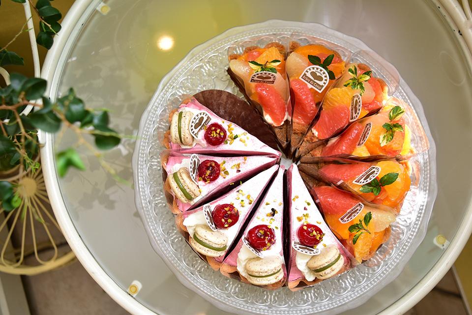 <b>【atelier Arbre du Coeur】</b>目にも楽しいケーキの数々。優しい甘さがじんわり沁みます