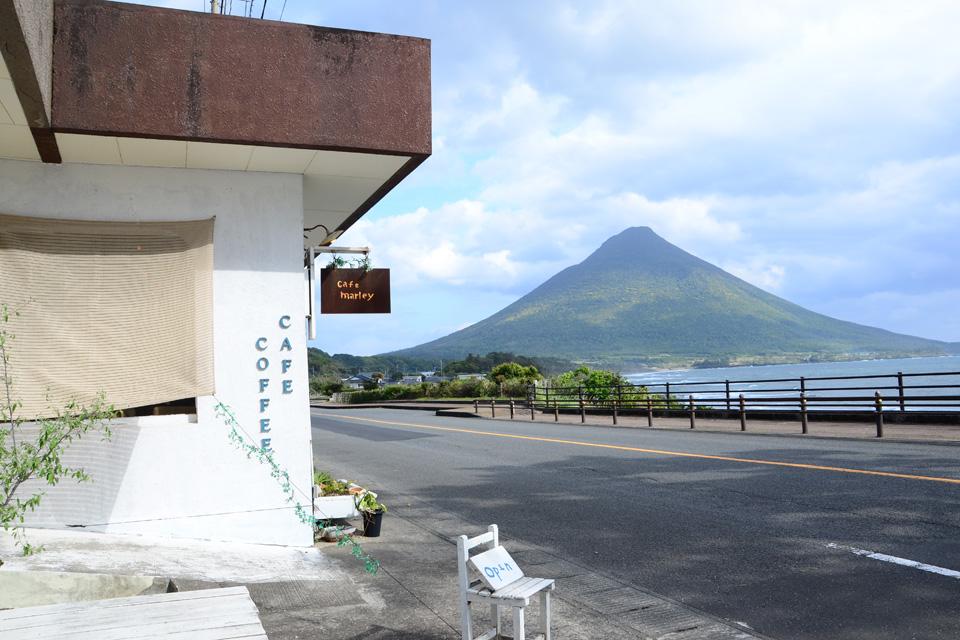 <b>【cafe marley】</b>白い窓が切り取る開聞岳と海を望む絶景。海辺の寛ぎカフェへ出かけよう