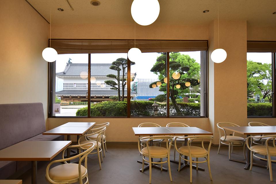 <b>【CHIN JUKAN POTTERY 喫茶室】</b>歴史と伝統を感じる「御楼門」を窓からのぞむ喫茶室へ