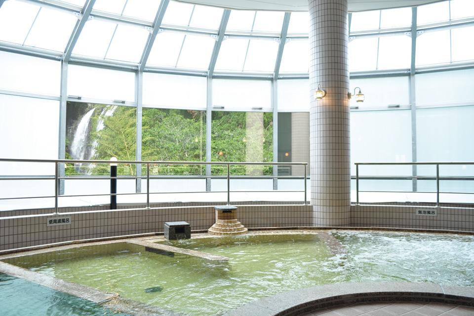 <b>【龍門滝温泉】</b>龍門滝を間近に望む温泉施設が より便利になって5月にリニューアルオープン