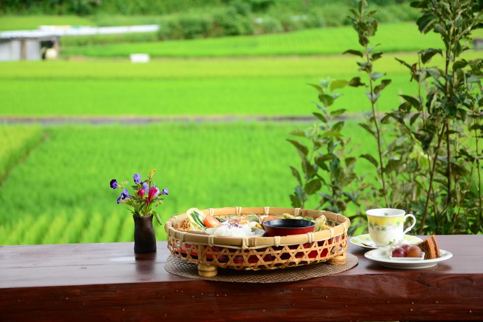 <b>【ニッセイギャラリー稲音館】</b>田園風景が広がるテラス席で過ごす、ゆったりと贅沢な時間を