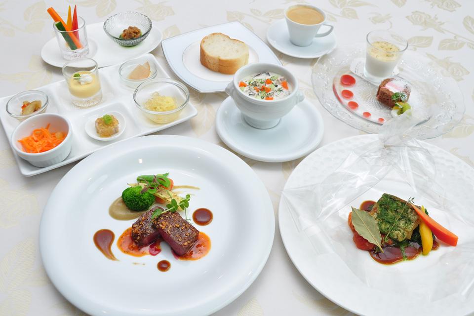 <b>【ヴェジマルシェ'19】</b>菜園ビュッフェが5月にリニューアル。素敵レストランで極上のコースランチを堪能しよう