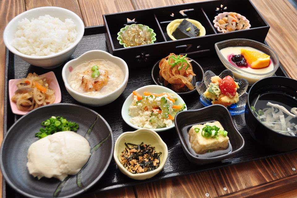 <b>【お豆腐・湯葉料理 大豆の華】</b>自家製豆腐の料理が目白押し。大豆で身体の中から美しくヘルシーに