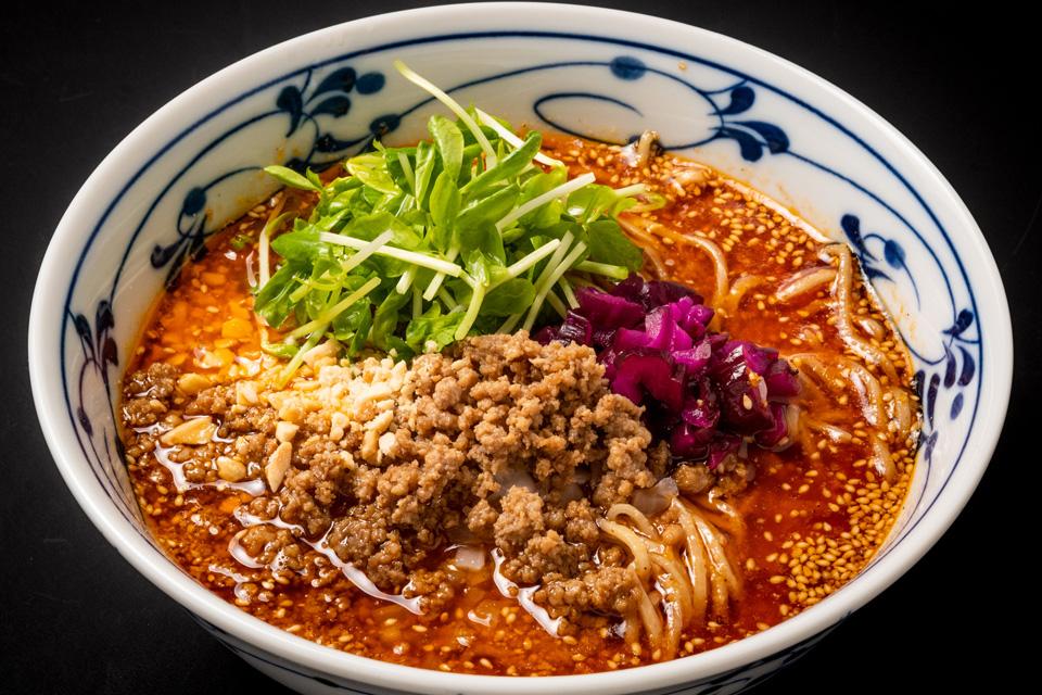 <b>【坦坦厨房 阿門】</b>担担麺と汁なし担担麺がウリの専門店。中国山椒の痺れがクセになる至極の一杯