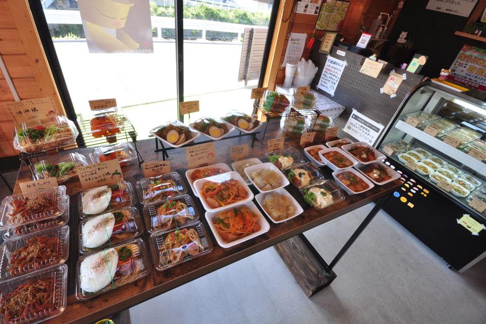 """<b>【湯の町キッチン】</b>良心価格の惣菜がズラリ """"THE おかずパラダイス""""なテイクアウト店。"""