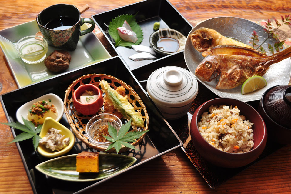 <b>【四季折々 ゆのはな】</b>季節の食材を彩りよく 繊細な料理で味わう和の食事処