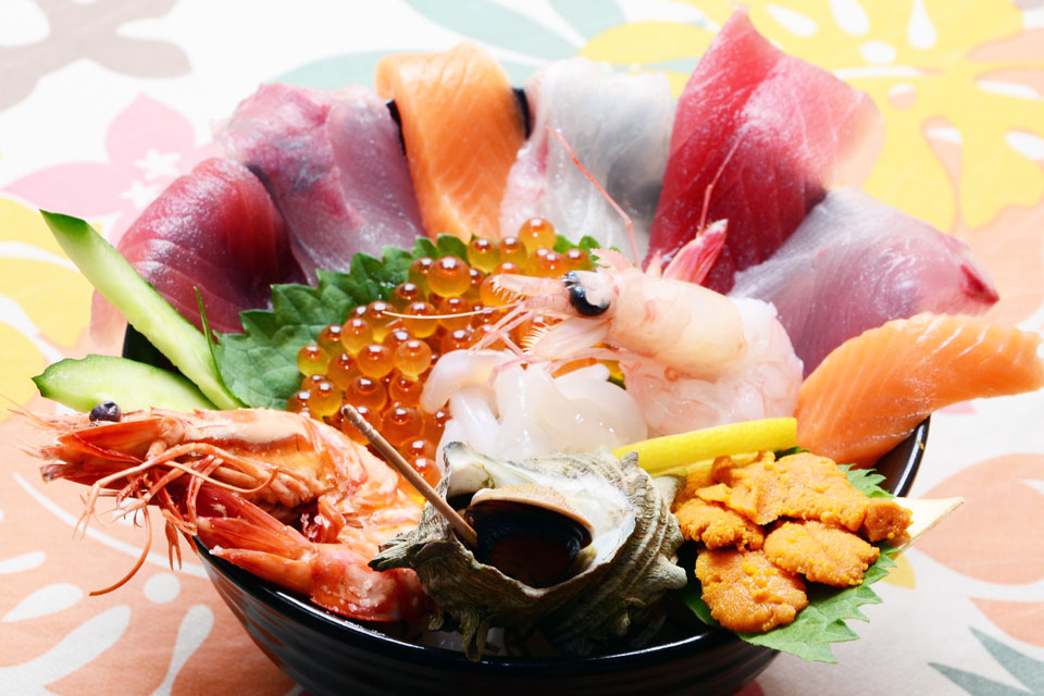 <b>【ドライブイン大浦】</b>海の幸がギュギュッと詰まった丼という名の宝石箱♪