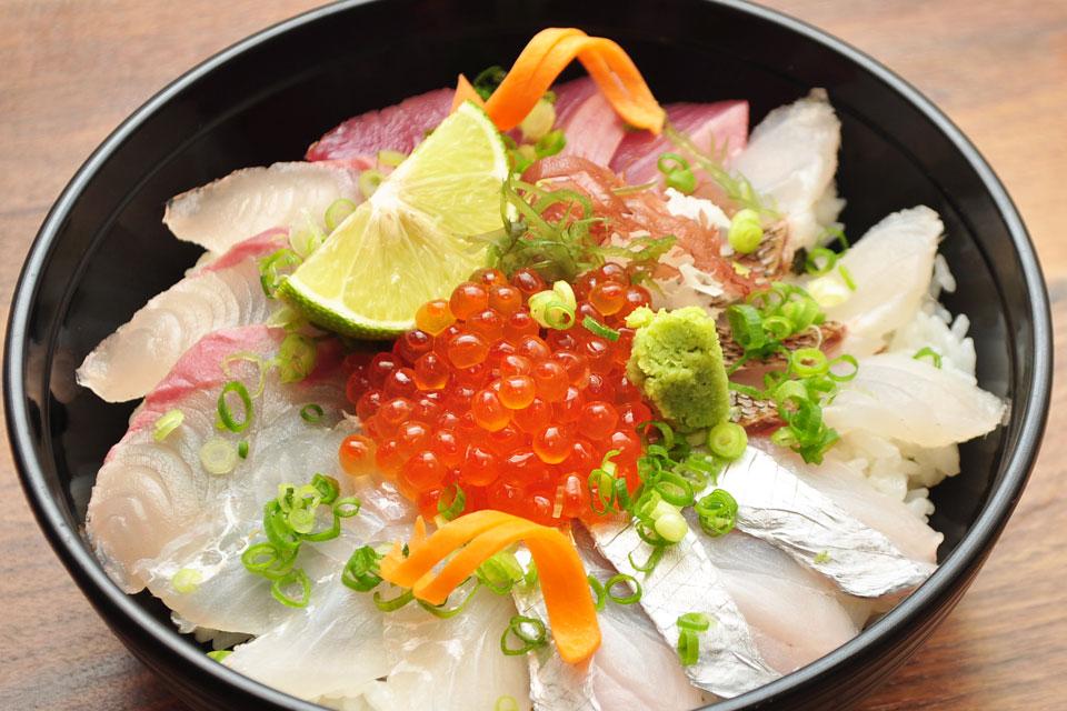 <b>【割烹 すすきの】</b>天然魚にこだわったランチタイムの新鮮な海鮮丼に注目!