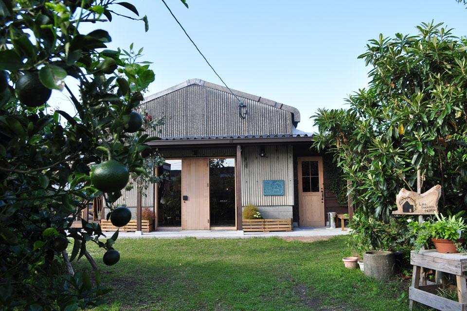 <b>【Las Garden+cafe】</b>鹿屋市街地に誕生した緑の中のガーデンカフェ。 週末にランチ、スイーツ&ドリンクを堪能しよう