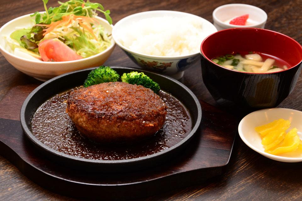 <b>【焼肉バイキング GONZA】</b>ガッツリ肉系ランチの中でも、ジューシーなハンバーグに注目
