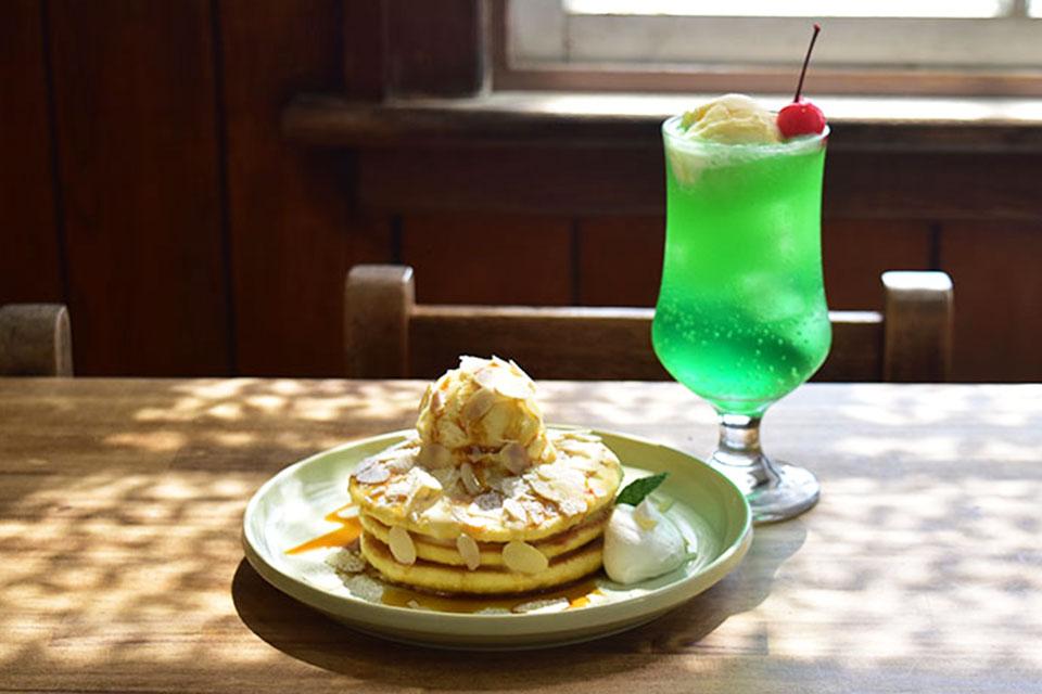 <b>【poturi】</b>絵本の世界に紛れ込んだような、三段重ねの幸せのホットケーキ。(withクリームソーダ)