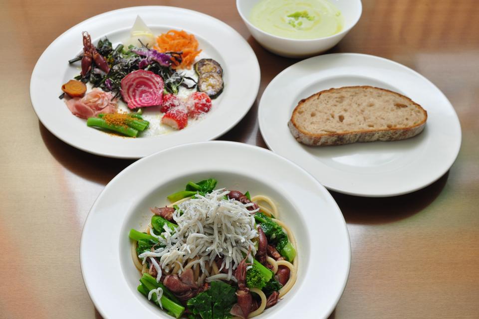 <b>【森の陽樹】</b>市場仕入れの魚介や有機野菜など、旬食材の彩り豊かなイタめしランチを