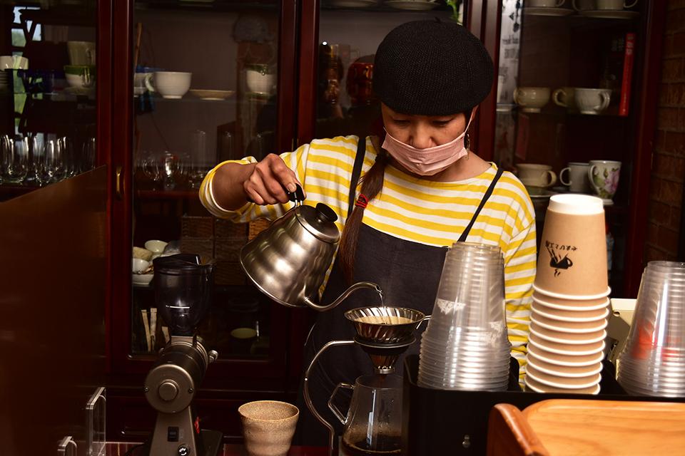 【やまびと工房】窓から眺めるのどかな風景にほっこり…。山を愛する夫婦が営むコーヒーが美味喫茶店